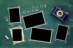 fotoramar bredvid gammal kamera över svart tavla Arkivbild
