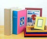 Fotoramar och album fotografiskt shoppa Arkivbild