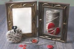 Fotoramar och handmaded hjärtor för valentindagleksak över träbakgrund Med kopiera utrymme Royaltyfri Bild