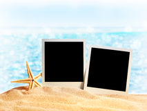 Fotoramar på havssanden royaltyfri bild