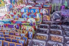 Fotoramen av modern mary, jesus och plattor av olika storleksanpassade cirklar stannade i en gata shoppar till salu, Chennai, Ind Arkivbilder