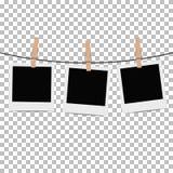 Fotoramen hängde på rep med klädnypan på genomskinlig bakgrund Arkivfoton