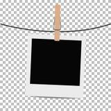 Fotoramen hängde på rep med klädnypan på genomskinlig bakgrund Arkivfoto