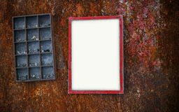 Fotoramen på den rostiga väggen och hyllor rackar ner på Arkivfoton