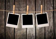 Fotoramhängning på rep arkivfoton