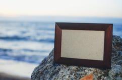 Fotoramsten, hav på solnedgångstället för att märka, copyspace arkivbild