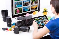 Fotoredaktör som arbetar på datoren arkivfoto