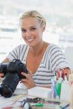 Fotoredaktör som ser hennes digitala kamera Arkivfoton