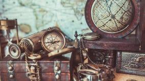 Fotos antigas de Maritime Nautical Navigation do modelo do globo do compasso do vintage fotografia de stock royalty free
