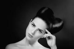 Fotos blancos y negros de una muchacha hermosa con el pelo hermoso, fotografía de archivo