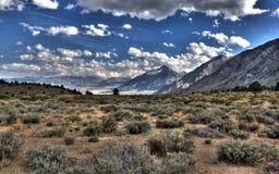 Fotos comunes de la vida: Montañas estériles y de Distan Foto de archivo libre de regalías