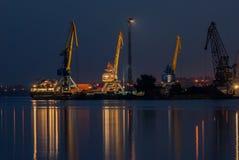 Fotos da noite de guindastes do porto fotos de stock royalty free