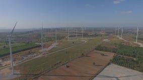 Fotos da opinião de olhos de pássaro das turbinas eólicas dos zangões usadas para gerar a eletricidade na barragem vídeos de arquivo