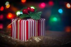 Fotos de caixas de presente do Natal e de luzes borradas do Natal Imagem de Stock