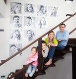Fotos de familia en la pared fotos de archivo libres de regalías