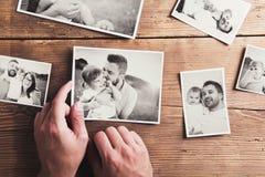 Fotos de familia puestas en una tabla foto de archivo