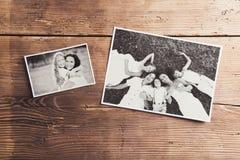 Fotos de familia puestas en una tabla foto de archivo libre de regalías