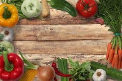 Fotos de la comida con las frutas y verduras en una disposición del arco iris imágenes de archivo libres de regalías