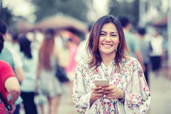 Fotos de la mujer asiática que miran el teléfono Fotos de archivo libres de regalías