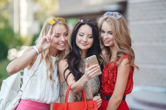 Fotos de la opinión de las muchachas en un teléfono móvil Imagen de archivo libre de regalías