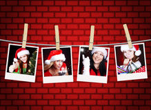 Fotos de las muchachas de la Navidad que cuelgan en cuerda para tender la ropa Foto de archivo libre de regalías