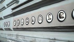 Fotos de las víctimas de regímenes fascistas y comunistas fuera de la casa del terror en Budapest, Hungría almacen de video