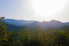 Fotos de montanhas caucasianos no alvorecer Foto de Stock
