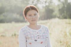 Fotos de mujeres jovenes en la hierba fotos de archivo