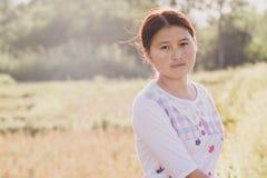 Fotos de mujeres jovenes en la hierba fotografía de archivo libre de regalías