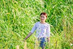 Fotos de mujeres jovenes en la hierba foto de archivo