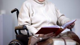 Fotos de observação da cadeira de rodas da mulher, família de falta, solidão da pensão, nostalgia imagem de stock royalty free