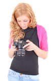Fotos de observação da mulher nova na câmera Fotos de Stock Royalty Free