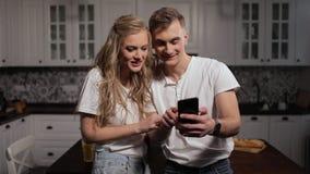 Fotos de observação dos pares da emoção em Smartphone video estoque