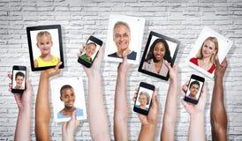 Fotos de povos Multi-étnicos em uma tela visual fotografia de stock royalty free