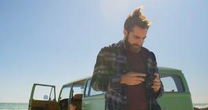 Fotos de repaso del hombre en c?mara digital en un d?a soleado 4k almacen de video