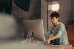 Fotos de transferencia del fotógrafo en el ordenador después del lanzamiento foto de archivo libre de regalías