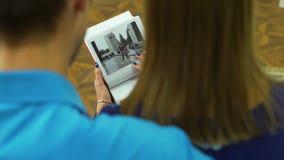 Fotos de visión del hombre y de la mujer en el álbum de foto almacen de metraje de vídeo
