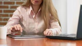 Fotos de visión femeninas de mediana edad en la tableta, empresaria que trabaja en oficina foto de archivo libre de regalías