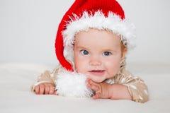 Fotos del bebé joven sonriente en un sombrero de Santa Claus imagen de archivo