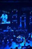 Fotos des Konzerts auf Stadium Das Orchester und der Sänger, das kapellmeister in einem weißen Mantel Lizenzfreies Stockbild