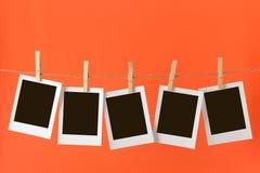 Fotos, die am Seil hängen lizenzfreie stockbilder