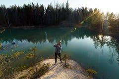 Fotos do curso da tomada do homem novo - lago bonito de turquesa cores no estilo de Let?nia - de Meditirenian nos Estados B?ltico imagem de stock royalty free