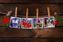 Fotos do Natal que penduram na corda contra o fundo de madeira Imagens de Stock Royalty Free