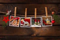 Fotos do Natal que penduram na corda contra o fundo de madeira Fotos de Stock Royalty Free