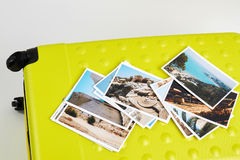 Fotos dos recursos na grande mala de viagem Fotografia de Stock