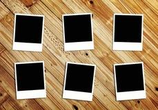Fotos em branco no fundo de madeira Fotografia de Stock