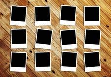 Fotos em branco no fundo de madeira Fotografia de Stock Royalty Free