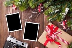 Fotos en blanco con el regalo de la Navidad, el árbol de pino y la cámara Foto de archivo libre de regalías