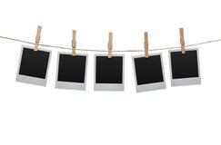 Fotos en blanco en la cuerda para tender la ropa Imagen de archivo
