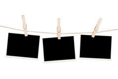 Fotos en blanco que cuelgan en cuerda para tender la ropa fotografía de archivo